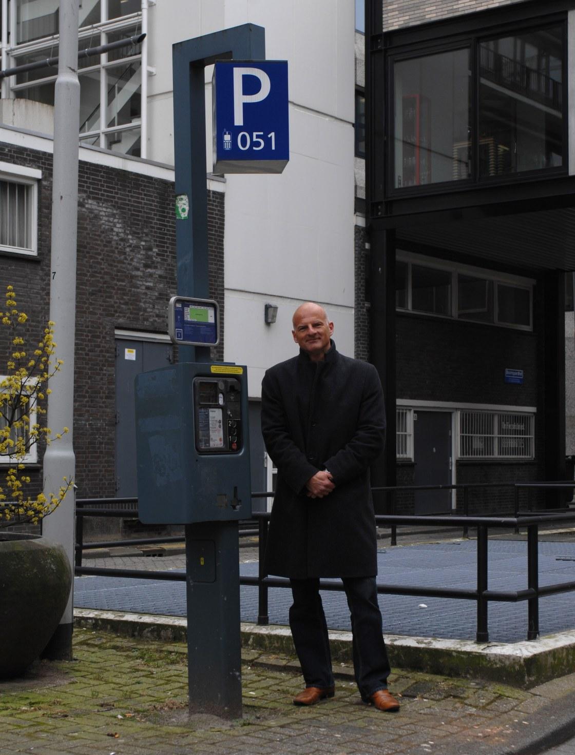 Parkeerpaal en Ronald Schneider