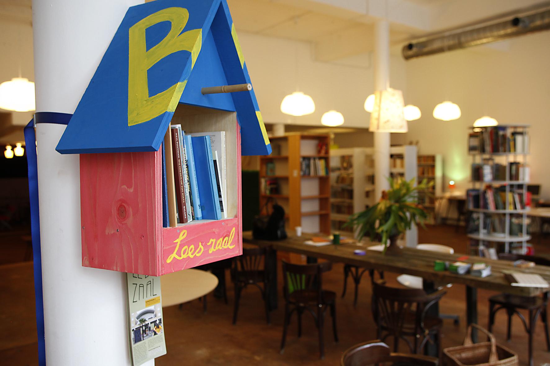 Vogelhuisje met boeken erin
