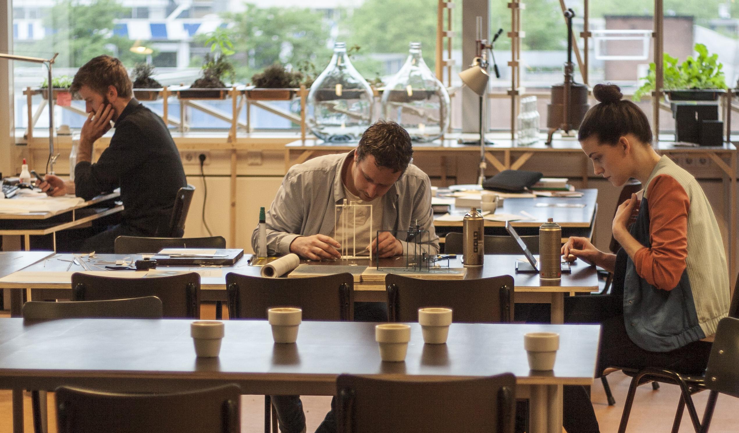 Foodcurators aan het werk. In het midden: Lucas Mullié.