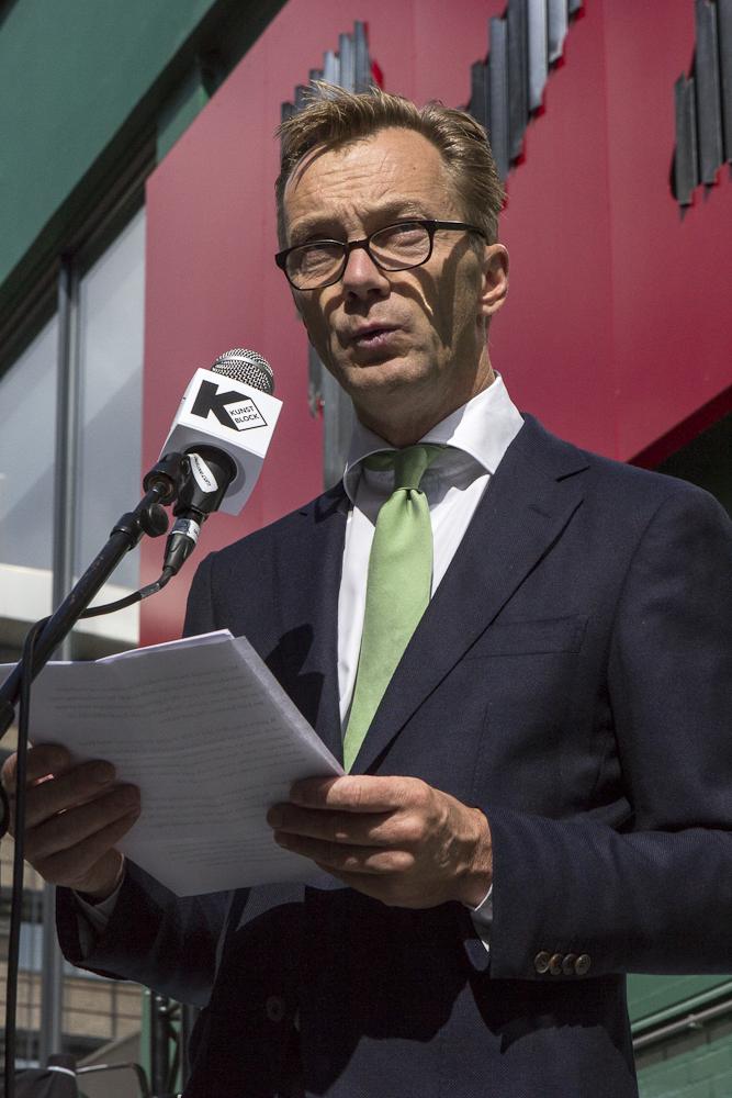 Wim Pijbes draagt de speech voor tijdens het Festival de Wereld van het Witte de Withkwartier