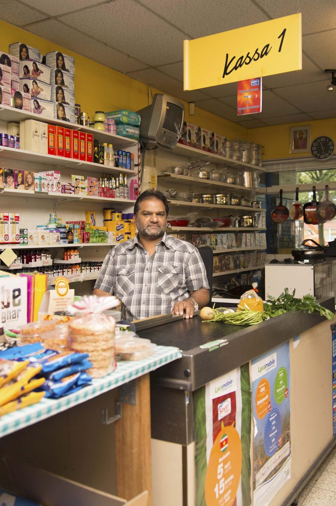 Bedrijfsleider Ashok Malahe van tropische supermarkt Main Hoon N