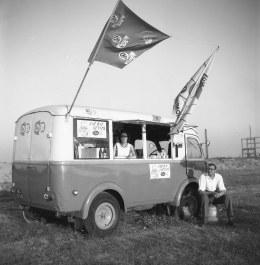 1959-Botlek-strand-ma-en-Cor-met-ijskar