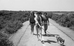 1960-Oostvoorne-weg-naar-Groene-strand-3-dames-met-hond