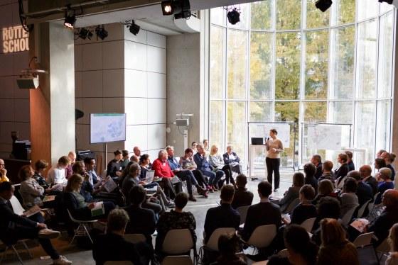 Iris Dudok presenteert de onderwijskaart tijdens SMC16